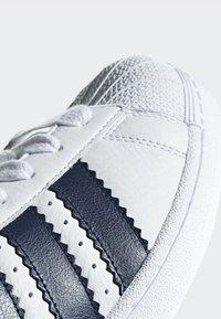 adidas Originals - SUPERSTAR SHOES - Sneaker low - white - 7