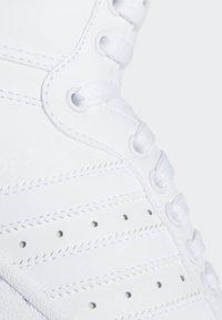 adidas Originals - TOP TEN HI SHOES - Trainers - white - 9