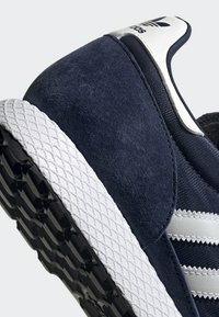adidas Originals - FOREST GROVE SHOES - Sneakers basse - blue - 6