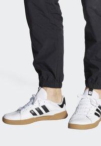 adidas Originals - VRX LOW SHOES - Skeittikengät - white - 0