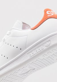 adidas Originals - STAN SMITH - Zapatillas - footware white/semi coral
