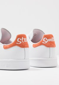 adidas Originals - STAN SMITH - Sneakersy niskie - footware white/semi coral - 5