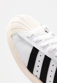 adidas Originals - SUPERSTAR 80S - Sneakersy niskie - white/black/chalk - 5