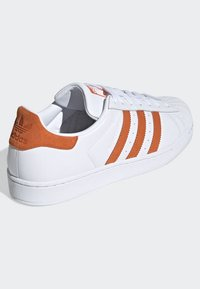 adidas Originals - SUPERSTAR SHOES - Sneaker low - white - 2
