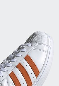 adidas Originals - SUPERSTAR SHOES - Sneaker low - white - 4