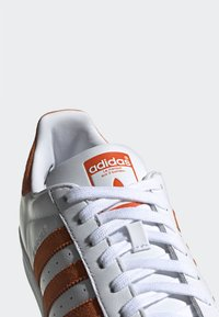 adidas Originals - SUPERSTAR SHOES - Sneaker low - white - 5