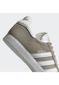 adidas Originals - GAZELLE SHOES - Baskets basses - green - 6