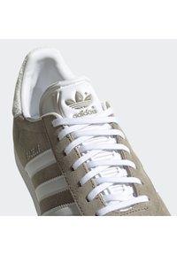 adidas Originals - GAZELLE SHOES - Baskets basses - green - 7