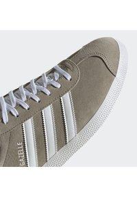 adidas Originals - GAZELLE SHOES - Baskets basses - green - 8