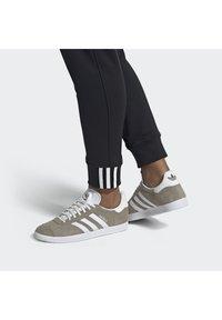 adidas Originals - GAZELLE SHOES - Baskets basses - green - 0