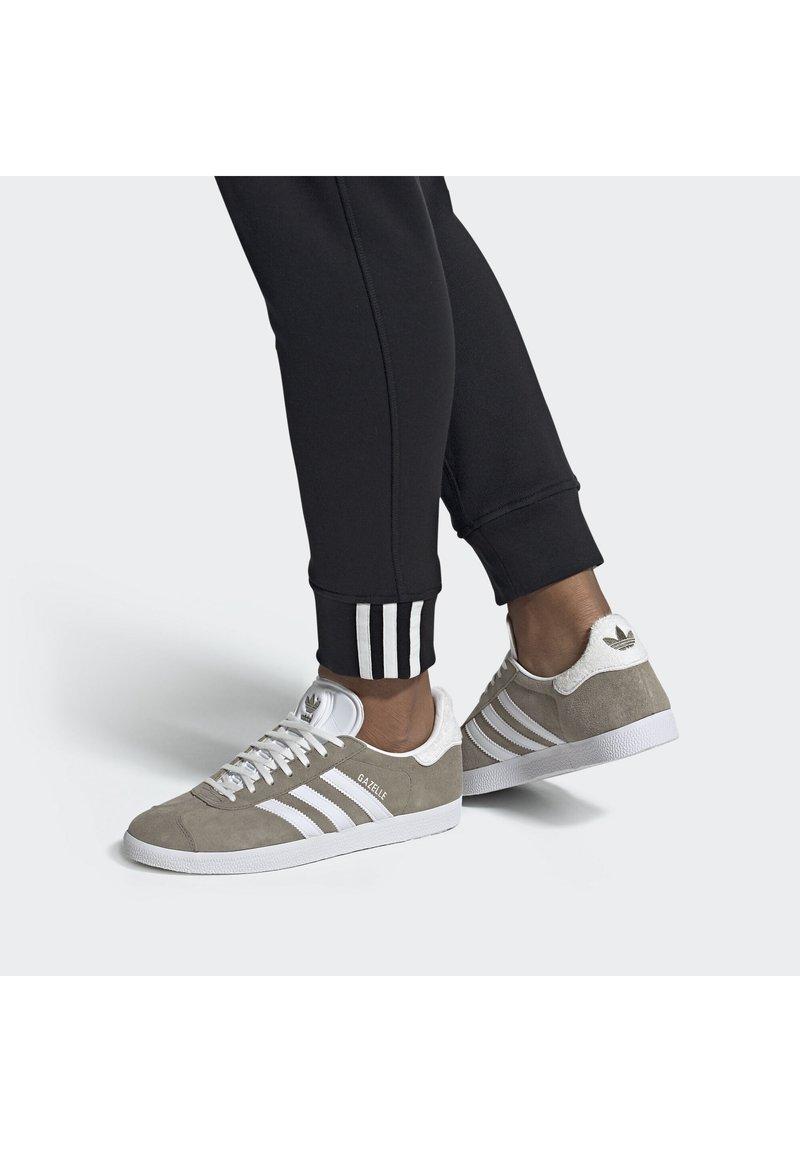 adidas Originals - GAZELLE SHOES - Baskets basses - green