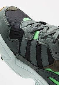 adidas Originals - YUNG-96 - Sneakers - core black/legend ivy/raw ochre - 5