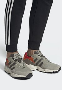 adidas Originals - YUNG-96 TRAIL SHOES - Trainers - grey - 0