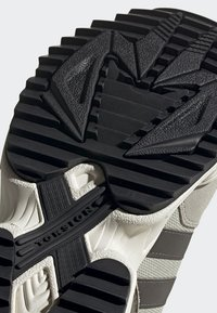 adidas Originals - YUNG-96 TRAIL SHOES - Trainers - grey - 7