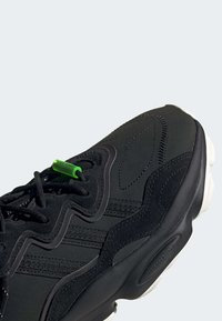 adidas Originals - OZWEEGO TR SHOES - Sneakers laag - black - 6