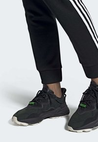 adidas Originals - OZWEEGO TR SHOES - Sneakers laag - black - 0