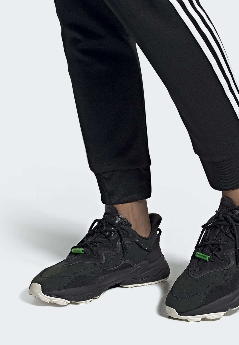 adidas Originals - OZWEEGO TR SHOES - Sneakers laag - black