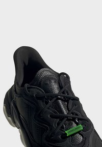 adidas Originals - OZWEEGO TR SHOES - Sneakers laag - black - 8