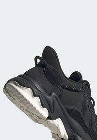 adidas Originals - OZWEEGO TR SHOES - Sneakers laag - black - 7