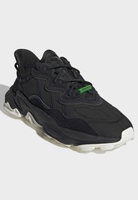 adidas Originals - OZWEEGO TR SHOES - Sneakers laag - black - 3
