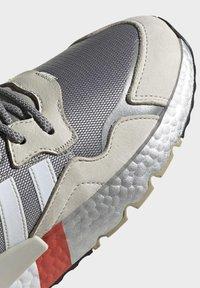 adidas Originals - NITE JOGGER SHOES - Matalavartiset tennarit - silver - 10