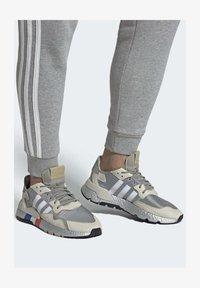 adidas Originals - NITE JOGGER SHOES - Matalavartiset tennarit - silver - 1