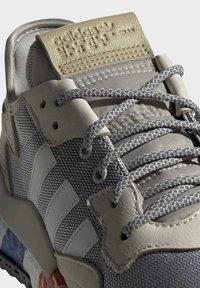 adidas Originals - NITE JOGGER SHOES - Matalavartiset tennarit - silver - 8