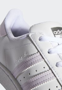 adidas Originals - SUPERSTAR SHOES - Sneakers laag - white - 7