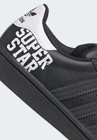 adidas Originals - SUPERSTAR SHOES - Sneakers laag - black - 7