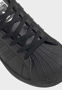 adidas Originals - SUPERSTAR SHOES - Sneakers laag - black - 6