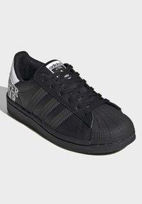 adidas Originals - SUPERSTAR SHOES - Sneakers laag - black - 3