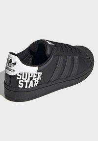 adidas Originals - SUPERSTAR SHOES - Sneakers laag - black - 4