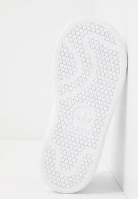 adidas Originals - STAN SMITH - Zapatillas - footwear white/green - 5