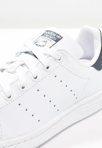 adidas Originals - STAN SMITH - Sneakersy niskie - run white/new navy - 5