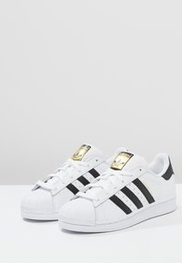 adidas Originals - SUPERSTAR - Matalavartiset tennarit - white/core black - 2