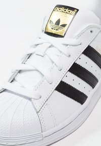 adidas Originals - SUPERSTAR - Matalavartiset tennarit - white/core black