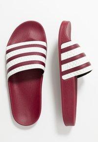 adidas Originals - ADILETTE SLIP-ON-DESIGN SHOES - Badslippers - collegiate burgundy/offwhite - 1