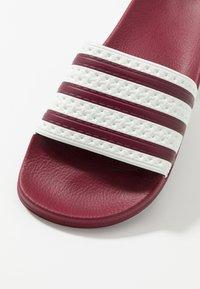 adidas Originals - ADILETTE SLIP-ON-DESIGN SHOES - Badslippers - collegiate burgundy/offwhite - 5