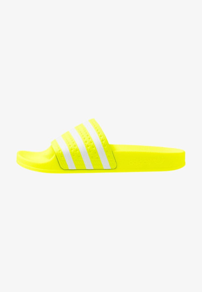 adidas Originals - ADILETTE - Pantolette flach - solar yellow/footwear white