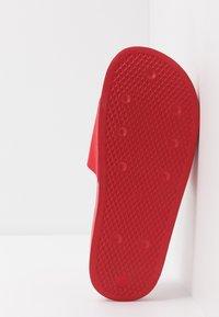 adidas Originals - ADILETTE LITE - Matalakantaiset pistokkaat - scarle/ftwwht/scarle - 4