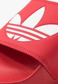 adidas Originals - ADILETTE LITE - Matalakantaiset pistokkaat - scarle/ftwwht/scarle - 5