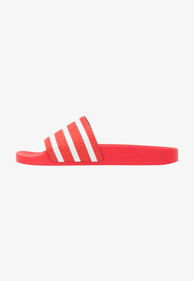 ADILETTE - Rantasandaalit - lush red/footwear white