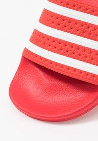 adidas Originals - ADILETTE - Badslippers - lush red/footwear white - 5