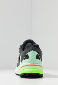 adidas Originals - YUNG-1 TRAIL - Sneakersy niskie - carbon/core black/glow green - 3