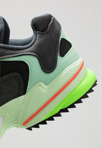 adidas Originals - YUNG-1 TRAIL - Sneakersy niskie - carbon/core black/glow green - 5