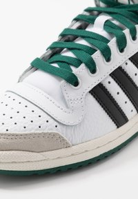 adidas Originals - TOP TEN - Zapatillas altas - footwear white/core black/green - 6