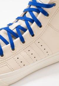 adidas Originals - PHARRELL WILLIAMS  NIZZA HI RF - Sneakers hoog - ecru tint/cream white/clear brown - 6