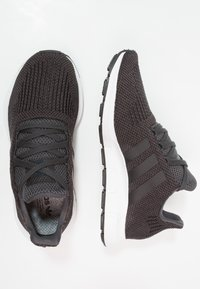 adidas Originals - SWIFT RUN - Sneakersy niskie - carbon/core black/mid grey heather - 1