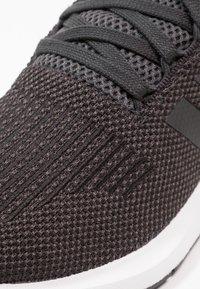 adidas Originals - SWIFT RUN - Sneakersy niskie - carbon/core black/mid grey heather - 5