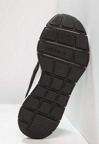 adidas Originals - SWIFT RUN - Sneakersy niskie - carbon/core black/mid grey heather - 4